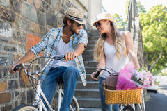 Pares atrativos em um passeio da bicicleta Imagem de Stock Royalty Free