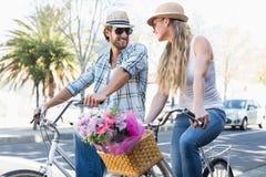 Pares atrativos em um passeio da bicicleta Foto de Stock