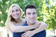 Pares atrativos no amor (foco no homem) Fotografia de Stock Royalty Free