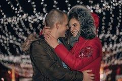 Pares atrativos no amor que abraça na noite imagem de stock royalty free