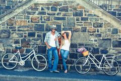 Pares atrativos que estão com bicicletas Fotos de Stock
