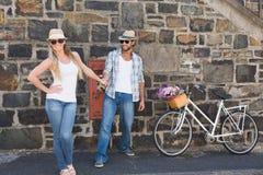 Pares atrativos que estão com bicicletas Foto de Stock