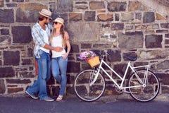 Pares atrativos que estão com bicicletas Imagem de Stock