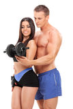 Pares atrativos que exercitam com um peso Foto de Stock Royalty Free
