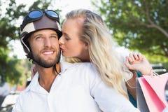 Pares atrativos que montam um 'trotinette' Imagens de Stock Royalty Free
