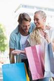 Pares atrativos que olham compras da compra Fotografia de Stock Royalty Free