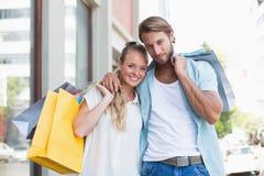 Pares atrativos que olham compras da compra Fotos de Stock Royalty Free