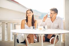 Pares atrativos que têm a primeira data Encontro às cegas Café com um amigo Povos felizes de sorriso que comem um café, datando fotografia de stock