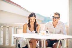 Pares atrativos que têm a primeira data Encontro às cegas Café com um amigo Povos felizes de sorriso que comem um café, datando fotos de stock royalty free