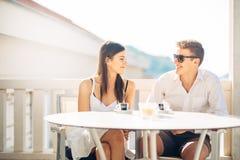 Pares atrativos que têm a primeira data Encontro às cegas Café com um amigo Povos felizes de sorriso que comem um café, datando fotos de stock