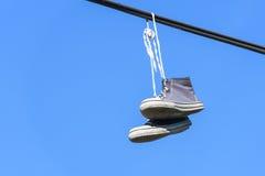 Pares azules de zapatillas de deporte inversas foto de archivo