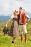 Pares bávaros em calças de couro elegantes e em dirndl Fotografia de Stock Royalty Free