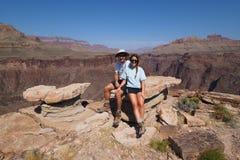 Pares backpacking novos na fuga de Tonto em Grand Canyon imagens de stock royalty free