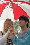 Pares bajo el paraguas Fotografía de archivo libre de regalías