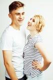 Pares bastante adolescentes de los jóvenes, individuo del inconformista con su sonrisa feliz de la novia y abrazo aislados en el  Imagen de archivo