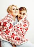 Pares bastante adolescentes de los jóvenes, individuo del inconformista con su sonrisa feliz de la novia y abrazo aislados en el  Fotos de archivo libres de regalías