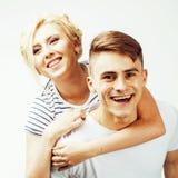 Pares bastante adolescentes de los jóvenes, individuo del inconformista con su sonrisa feliz de la novia y abrazo aislados en el  Foto de archivo libre de regalías