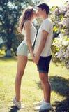 Pares bastante jovenes en el amor, beso sensual Foto de archivo libre de regalías