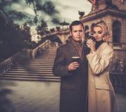 Pares bem vestidos elegantes fora Fotos de Stock Royalty Free