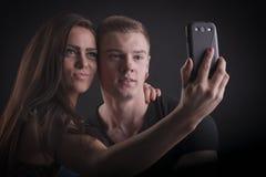 Pares bonitos com telefone celular Imagens de Stock Royalty Free