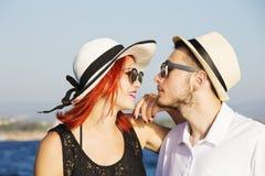 Pares bonitos de amantes que navegam em um barco Dois modelos de forma que levantam em um barco de navigação no por do sol Fotos de Stock Royalty Free