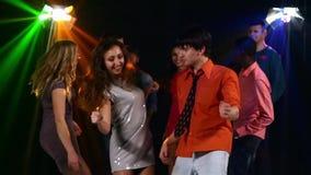 Pares bonitos de la gente joven que baila en un partido almacen de video