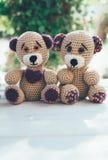 Pares bonitos de ursos de peluche em uma tabela de madeira Imagem de Stock