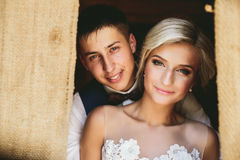 Pares bonitos do casamento na entrada Imagens de Stock