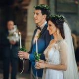 Pares bonitos e novos na cerimônia de casamento na igreja Foto de Stock