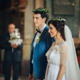 Pares bonitos e novos na cerimônia de casamento na igreja Fotos de Stock