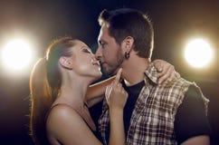 Pares bonitos em flertar do amor. A menina quer beijar um indivíduo. Foto de Stock Royalty Free