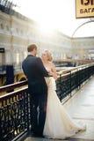 Pares bonitos em Moscou, noivos do casamento em um vestido branco na família nova interior, feliz Imagem de Stock