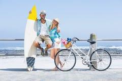 Pares bonitos em um passeio da bicicleta Foto de Stock