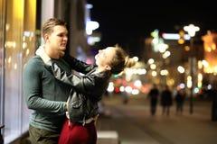 Pares bonitos em uma data em uma cidade da noite fotografia de stock