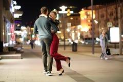 Pares bonitos em uma data em uma cidade da noite fotos de stock royalty free
