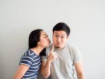 Pares bonitos engraçados que tentam beijar-se Conceito da comédia fotografia de stock