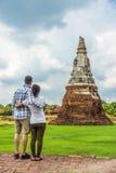 Pares bonitos, europeu e asiático, abraçando-se em ruínas velhas do pagode Imagens de Stock Royalty Free
