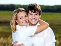 Pares bonitos felizes na natureza Fotos de Stock Royalty Free
