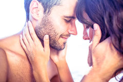 Pares bonitos felizes que abraçam junto Fotografia de Stock Royalty Free