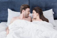 Pares bonitos na cama imagens de stock royalty free
