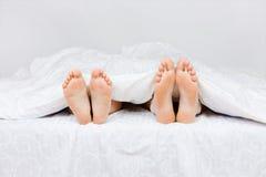 Pares bonitos na cama Imagens de Stock