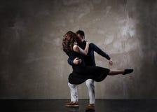 Pares bonitos na dança de salão de baile ativa Fotografia de Stock Royalty Free