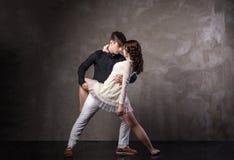 Pares bonitos na dança de salão de baile ativa Imagens de Stock Royalty Free
