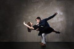 Pares bonitos na dança de salão de baile ativa Imagens de Stock