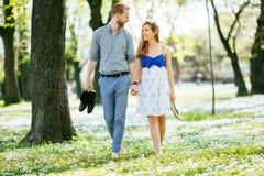 Pares bonitos na floresta que abraça o amor Fotos de Stock Royalty Free