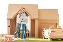 pares bonitos na frente de sua casa nova do cartão fotografia de stock