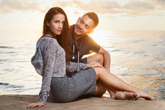 Pares bonitos na praia Imagem de Stock Royalty Free