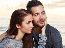 Pares bonitos na praia Imagens de Stock Royalty Free