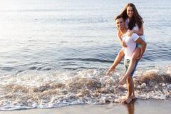 Pares bonitos na praia Foto de Stock Royalty Free