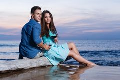 Pares bonitos na praia Imagens de Stock